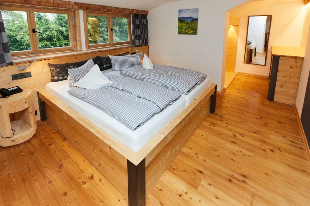 gemütliches Echtholzbett mit Allgäu Flair. Unsere Suite im freistil.