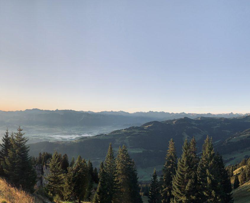 Panoramablick Steineberg Sonnenaufgang im Oberallgäu. Blick auf die Hörnerkette.