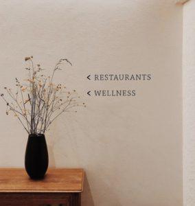 freistil. Wegweiser für den Restaurantbereich und Wellnessbereich im Flur