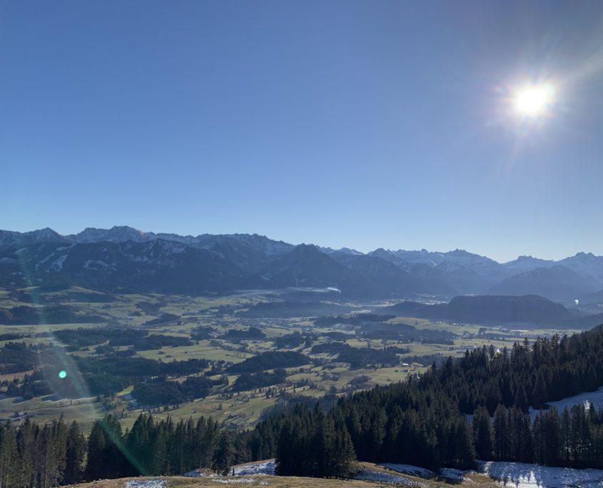 Panoramablick Sonnenköpfe und Oberstdorf. Kaiserwetter im Oberallgäu.