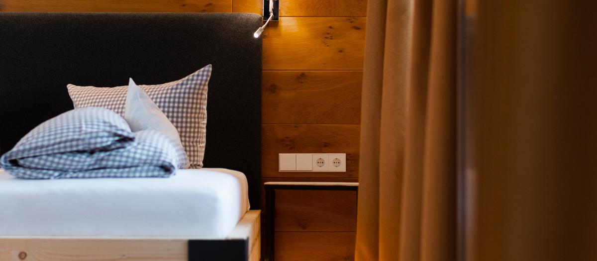 selbstgebautes, gemütliches Echtholzbett in unserer Suite.