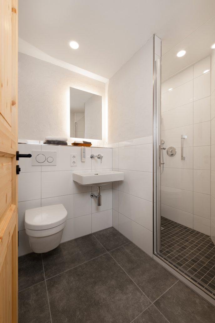 Bad und ebenerdige Dusche. Modernisiert. Einzelzimmer. freistil.