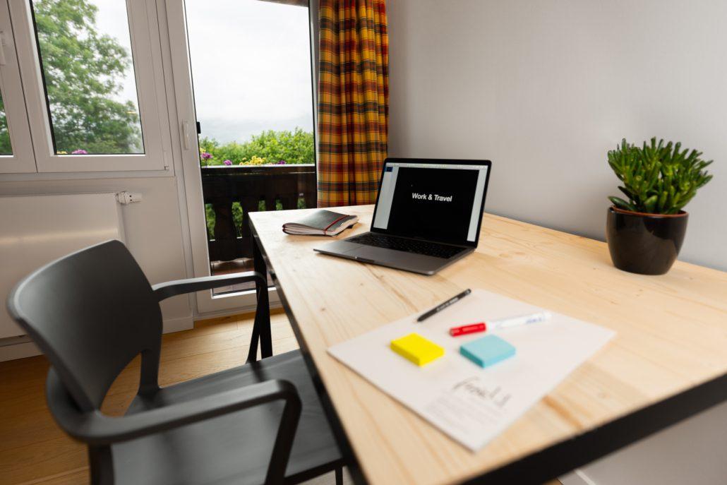 Arbeitsplatz und Schreibtisch. Einzelzimmer. freistil.