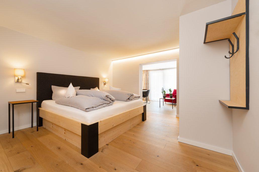 Schlafzimmer mit Blick auf die Terrasse, unsere Juniorsuite. freistil. Boutiquehotel.
