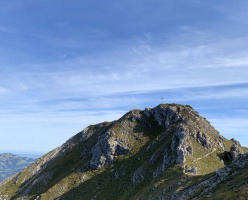 freistil. Oberallgäu. Entschenkopf Gipfelkreuz mit Hang