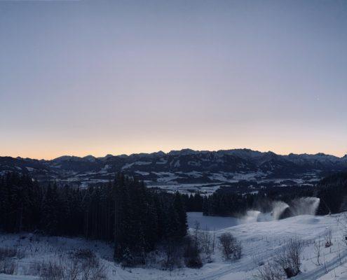 freistil. Oberallgäu. Schneepiste mit Pulverschnee, Skigebiet Gunzesried Ofterschwang, Blick auf die Sonnenköpfe und Rubihorn