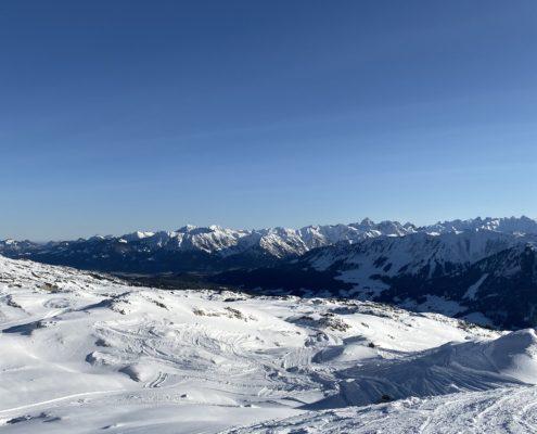 freistil. Oberallgäu. Schneepiste mit Pulverschnee, 360°C Panorama der Oberstdorfer Berge