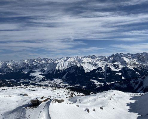 freistil. Oberallgäu. Gipfelstation Ifenbahn mit Skipiste und Bergpanorama