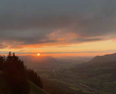 freistil. Oberallgäu. Sommer. Sonnenuntergang über dem Immenstädter Horn vom Imberger Horn Gipfel aus