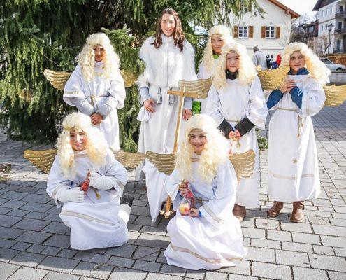 freistil. Oberallgäu. Weihnachtsmarkt Sonthofen mit Christkind und seinen Engeln bei der Verteilung von Nikolauspäckchen